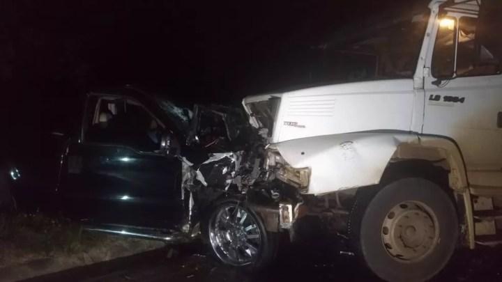 Caminhonete e caminhão bateram de frente na madrugada desta sexta-feira (9) — Foto: Tony Mattoso/RPC
