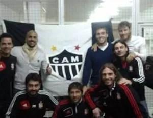 Jogadores do Estudiantes posam com bandeira do Atlético-MG (Foto: Reprodução / Internet)