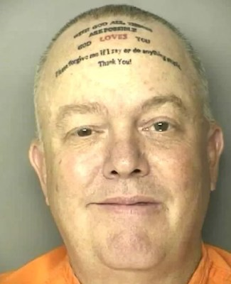 Em maio de 2011, o americano Robert Norton Kennedy foi preso no condado de Horry, na Carolina do Sul (EUA), acusado de agressão, mas o que chamou a atenção da polícia foi uma tatuagem que o suspeito tinha na cabeça. Kennedy tatuou a mensagem 'Com Deus todas as coisas são possíveis. Deus ama você. Por favor, perdoe-me se eu disser ou fizer algo estúpido. Obrigado!'. (Foto: Divulgação)