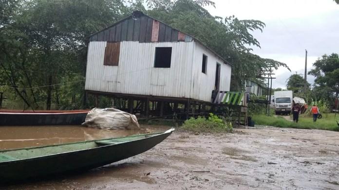 Água compromete estrutura da casa e obriga retirada de família no Ramal Maravilha (Foto: Carolina Brazil/Rede Amazônica)