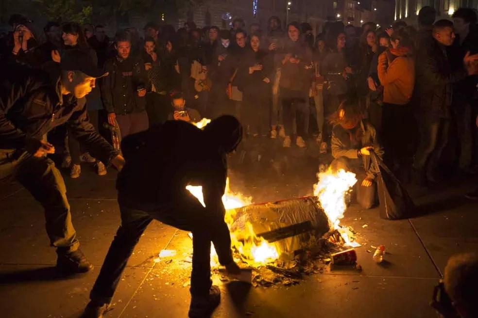 Manifestantes queimam lixo durante protesto contra resultado do segundo turno da eleição presidencial em Paris (Foto: Emilio Morenatti/AP)