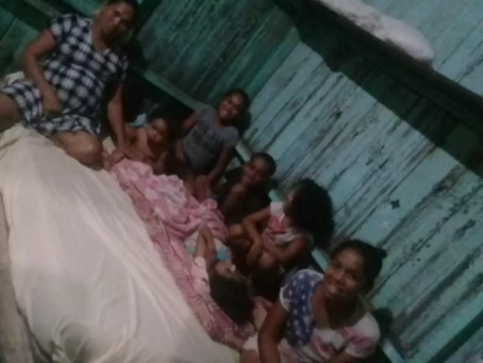 Raimunda com seis dos sete filhos antes do nascimento das gêmeas — Foto: Arquivo pessoal