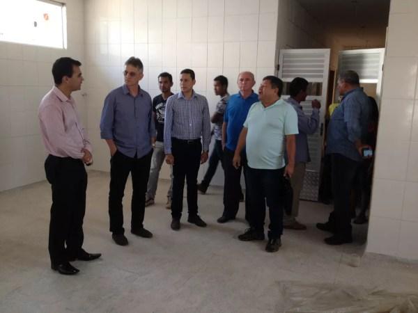 Visita à Casai foi acompanhada por autoridades, lideranças indígenas e coordenador do polo  (Foto: Júnior Freitas/G1)