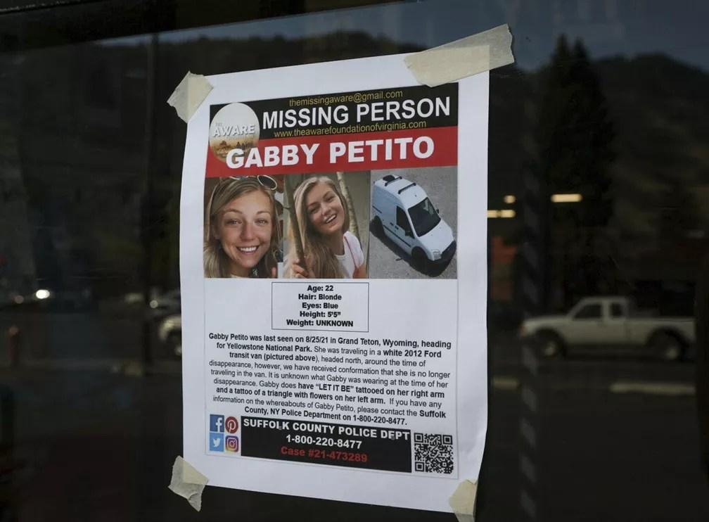 Cartaz sobre o desaparecimento da jovem Gabby Petito, de 22 anos, em foto tirada em Jakson, Wyoming, em 16 de setembro de 2021. Corpo da influencer, que desapareceu durante uma viagem pelo país com seu namorado, foi encontrado no dia 19 em um parque. — Foto: Amber Baesler/AP