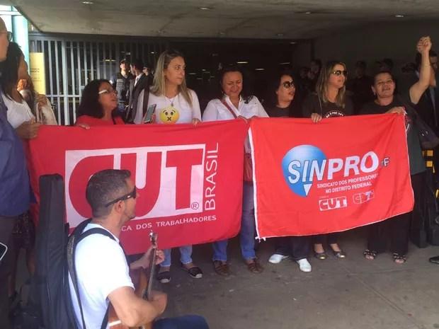 Grupos de manifestantes protesta em frente ao anexo da Câmara dos Deputados, em Brasília (Foto: Mateus Vidigal/G1)