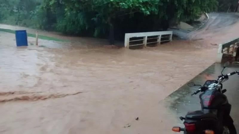 Córrego da Onça transbordou  e inundou o distrito de Jaguarembé — Foto: Divulgação/Folha Itaocarense