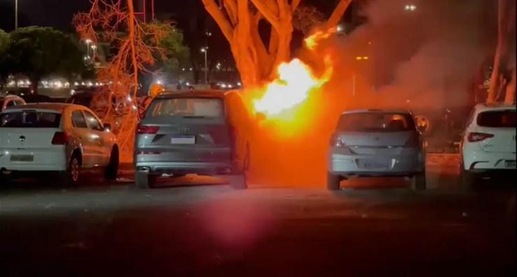 Carro pega fogo antes de Flamengo x Olimpia — Foto: Reprodução