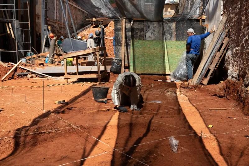 Terreno particular passava por obras, quando foi orientado por órgãos do patrimônio a buscar acompanhamento arqueológico por ser vizinho a capela tombada — Foto: Marcelo Brandt/G1