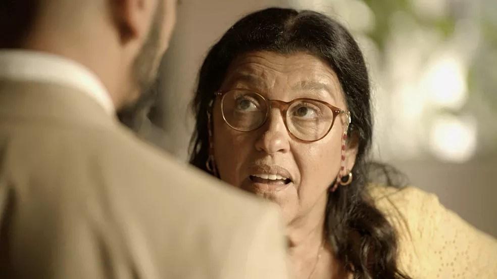 Lurdes (Regina Casé) não deixa barato e responde à altura — Foto: Globo