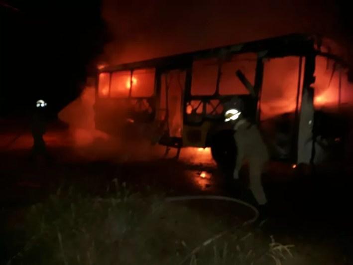 Três ônibus foram incendiados durante a noite, segundo o Corpo de Bombeiros (Foto: Divulgação/Corpo de Bombeiros)