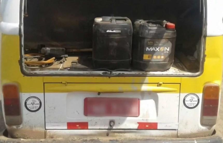 Veículo escolar transporta combustível (Foto: Reprodução/RBS TV)