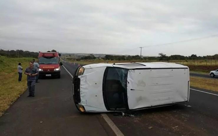 Motorista teve ferimentos leves após o capotamento (Foto: Arquivo Pessoal)
