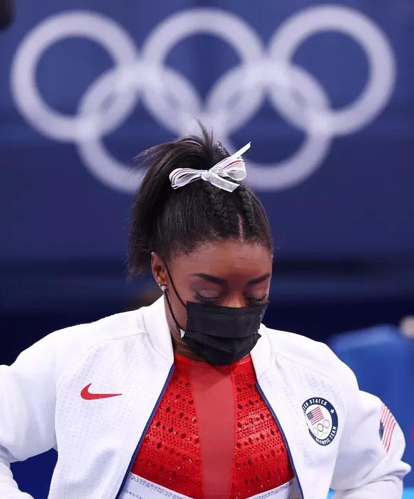 Simone Biles cabisbaixa durante disputa por equipes da ginástica — Foto: REUTERS/Mike Blake