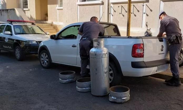 Droga foi transportada dentro de botijões de gás — Foto: Heloise Hamada/TV Fronteira