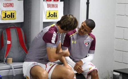 Lugano e Brenner conversam na Arena da Baixada (Foto: Rubens Chiri / saopaulofc.net)