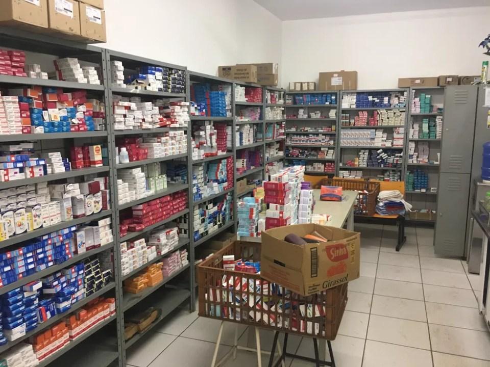 Clínica em centro espírita tinha farmácia com milhares de amostras grátis, antibióticos e antidepressivos  (Foto: Ministério Público/Divulgação)