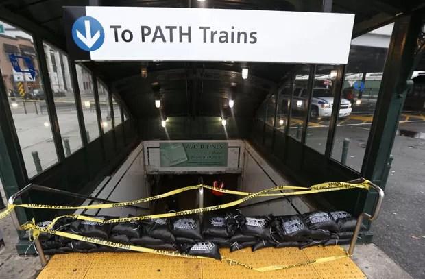 Entrada de estação de trens é vedada com sacos de areia para tentar impedir alagamentos nesta segunda-feira (29) em Hoboken, no estado americano de Nova Jersey (Foto: AP)
