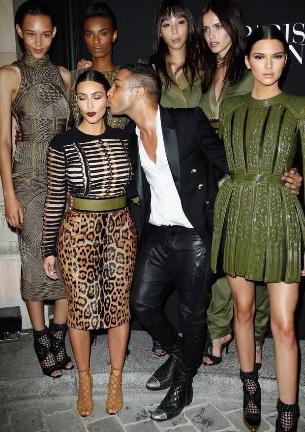 O esquadrão Kardashian com Olivier após desfile da Balmain (Foto: Getty Images)