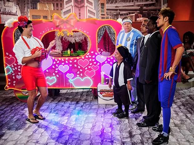 Félix recebe clientes vips em sua barraquinha (Foto: TV Globo/Alex Carvalho )