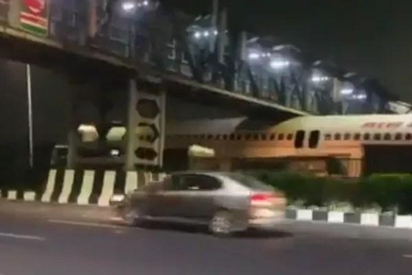 The plane seized on a bridge in Delhi, India (Photo: Twitter)
