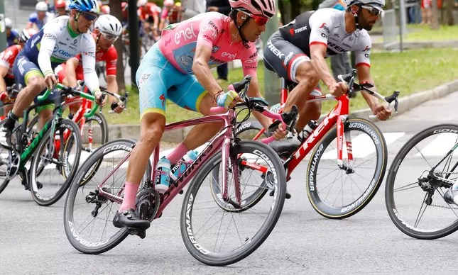 Vincenzo Nibali pedalou com uma bicicleta rosa na última etapa do Giro D'Itália, referência à camisa rosa de líder geral que conquistara na véspera: campeão pela 2ª vez