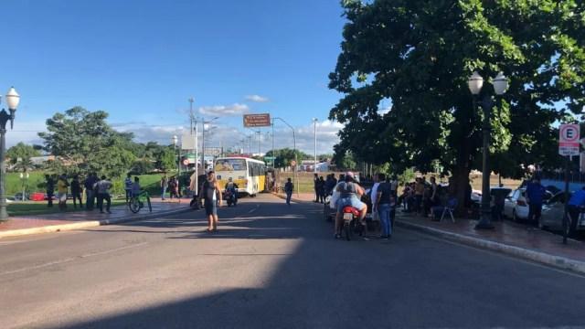 Motoristas fecharam a Ponte Metálica, no Centro de Rio Branco, em protesto pelos salários atrasados  — Foto: Ana Paula Xavier/Rede Amazônica Acre