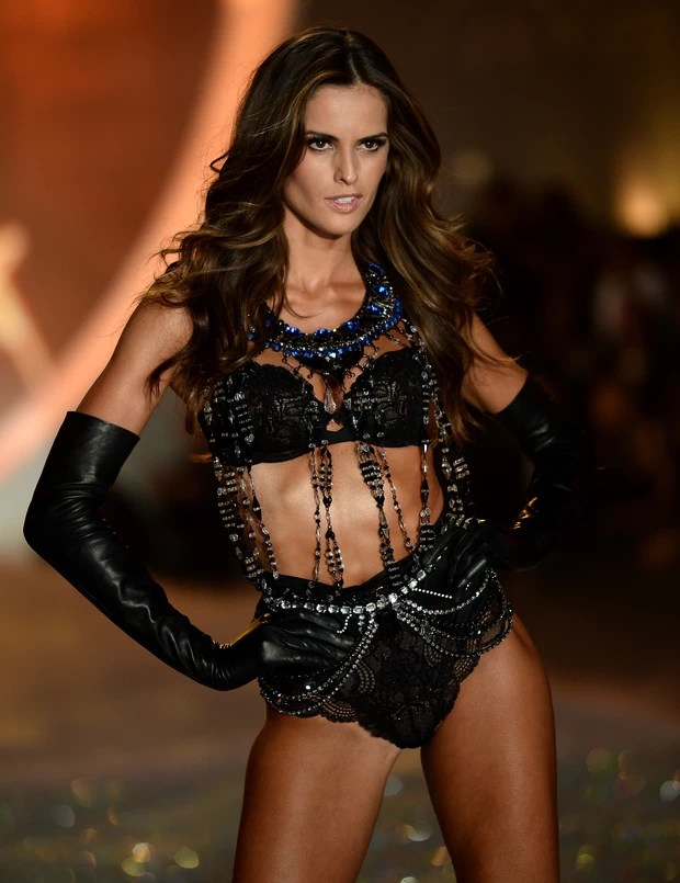 Izabel Goulart desfila no Victoria's Secret Fashion Show, em Nova York, nos Estados Unidos (Foto: Dimitrios Kambouris/ Getty Images/ AFP)