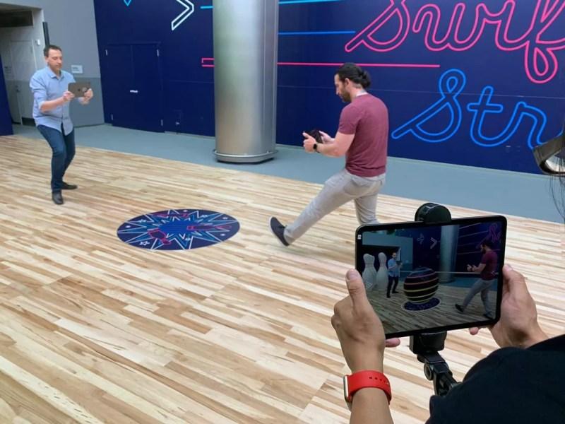 Jogo Swift Strike mostra conceitos na versão do ARKit na prática, como sensores de movimentos e inclusão de pessoas na cena — Foto: Thiago Lavado/G1