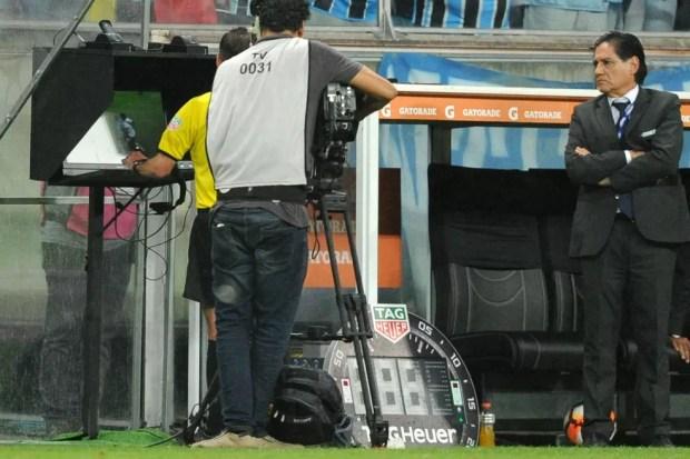 Árbitro Andrés Cunha assinala pênalti para o River Plate  — Foto: Wesley Santos / Agência PressDigital