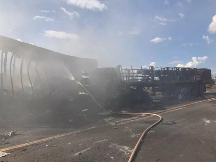 Carretas ficaram totalmente destruídas com o fogo em MS (Foto: Corpo de Bombeiros/Divulgação)