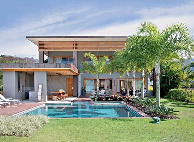 Casa de praia tem ambientes integrados e rea da lazer