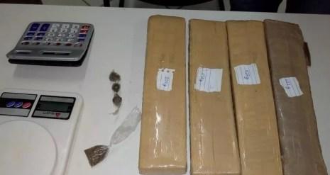 Droga e balança de precisão foram encontradas na casa onde a suspeita de tráfico mora, em Toritama (Foto: Ney Lima/Divulgação)