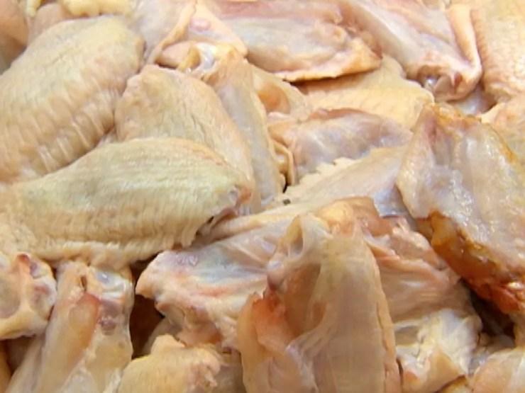 Carne de frango congelada — Foto: Reprodução/TV Fronteira