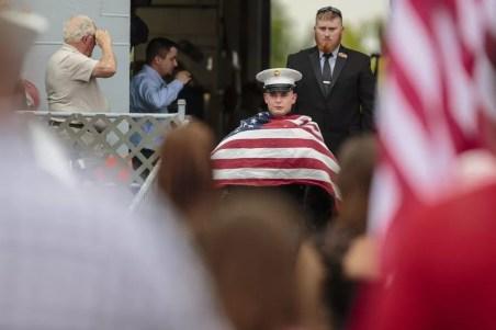 Young chora ao levar caixão de Cena após eutanásia em cerimônia em Michigan (Foto: Joel Bissell/Muskegon Chronicle via AP)