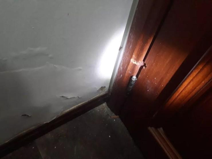 Filho correu para o quarto e se trancou para tentar fugir do pai — Foto: Polícia Militar