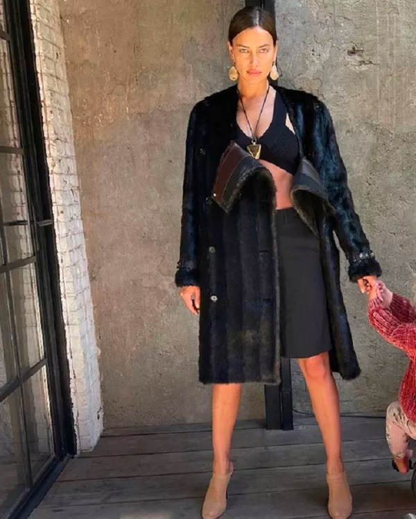 Model Irina Shayk in a photo taken by actor Bradley Cooper with the special appearance of their daughter (Photo: Instagram)