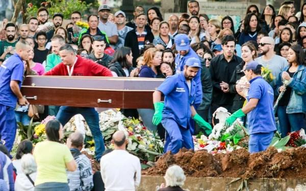 Enterro do corpo do ator Rafael Miguel no Cemitério Campo Grande, em São Paulo — Foto: Marcelo Gonçalves/SigmaPress/Estadão Conteúdo
