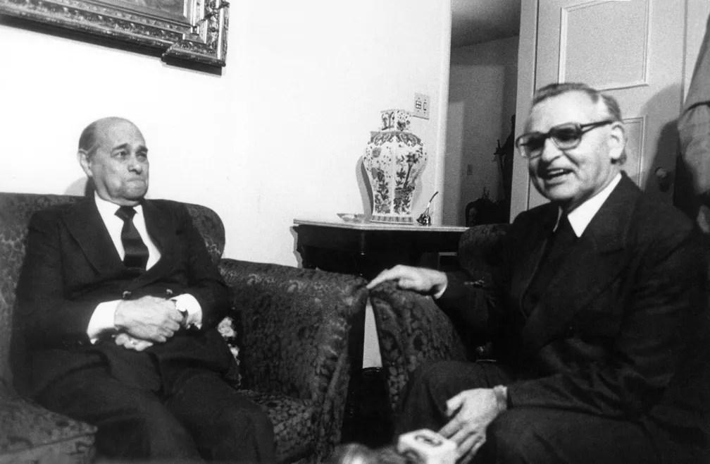 Dom Frei Paulo Evaristo Arns, arcebispo de São Paulo, durante encontro com o político Tancredo Neves na capital paulista, na década de 1980 (Foto: Sidney Corrallo/Estadão Conteúdo/Arquivo)
