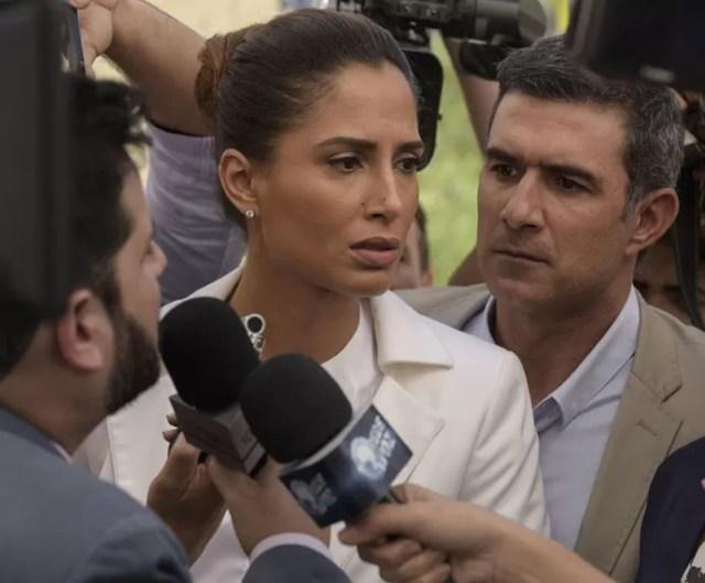 Carlos Alberto tenta protegê-la (Foto: Raphael Dias/Gshow)