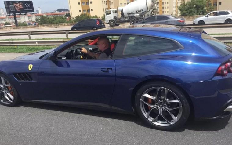 Ferrari apreendida em operação do Deic — Foto: Abraão Cruz/TV Globo