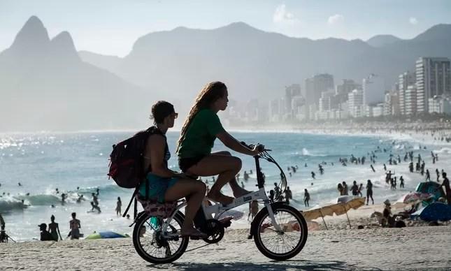 Bicicleta elétrica no Arpoador