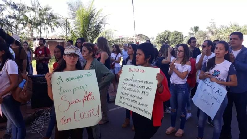 Alunos usaram cartezes para pedir que presidente volte atrás na decisão  — Foto: Iryá Rodrigues/G1
