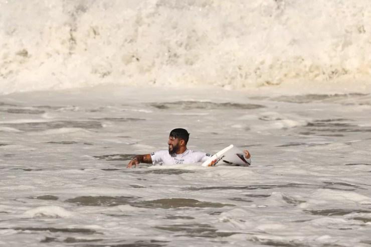 Italo Ferreira com a prancha quebrada — Foto: Ryan Pierse/Getty Images