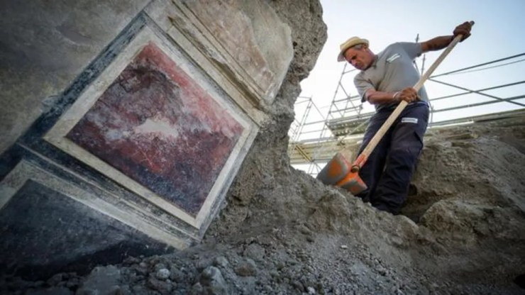 Aparentemente, o dono da casa era um homem rico que gostava de arte (Foto: EPA)