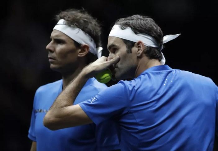 Roger Federer e Rafael Nadal brilharam individualmente e conseguiram vencer apesar de falta de entrosamento (Foto: AP Photo/Petr David Josek)
