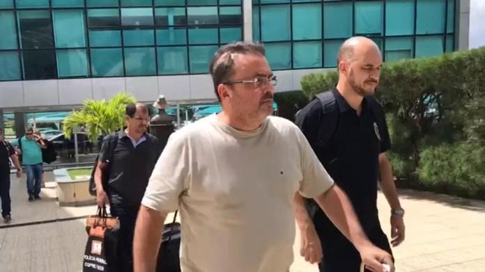Carlos Alexandre de Souza Rocha chega ao Aeroporto Internacional de João Pessoa (Foto: Walter Paparazzo/G1)