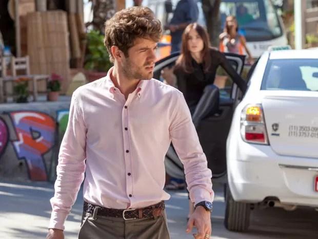 Ela salta do táxi e vai ao encontro do rapaz (Foto: Fabiano Battaglin/Gshow)