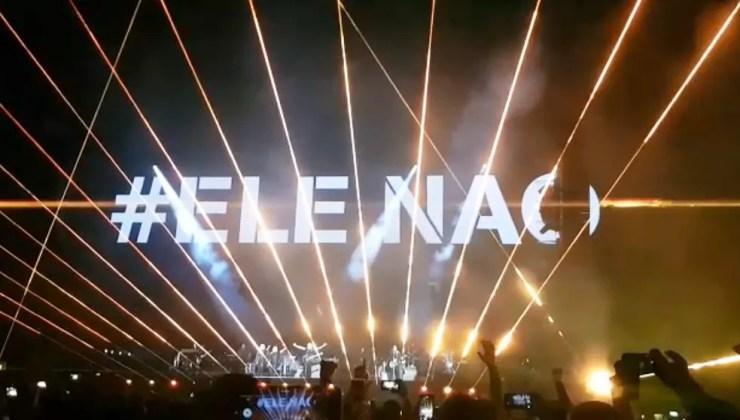 Expressão #EleNao é exibida durante show de Roger Waters em São Paulo — Foto: Janaína Lepri/TV Globo