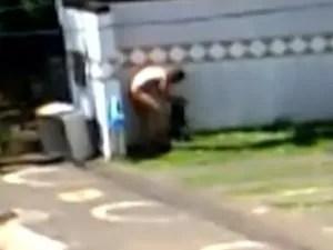 Homem também foi flagrado tomando banho nu em estacionamento (Foto: Reprodução/TV Anhanguera)