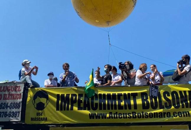 Manifestantes pedem o impeachment do presidente Jair Bolsonaro durante ato em Copacabana na manhã deste domingo (12) — Foto: G1 Rio